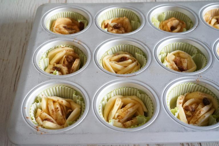 Disporre le rose così ottenute in un pirottino di carta e sistemarle in una teglia per muffin. Se volete che si aprano di più, mettetele su una placca da forno.