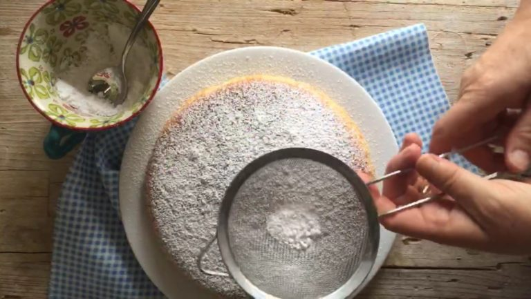 Infornare a 180° in forno già caldo, per circa 30/40 minuti. Fare la prova stecchino. Far intiepidire e spolverizzare con zucchero a velo.<br />
