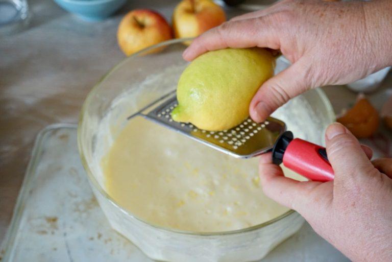Grattugiare la scorza di limone e piano aggiungere la farina setacciata, mezzo cucchiaino di cannella, il pizzico di sale e il lievito, anch'esso setacciato per evitare che si formino grumi.