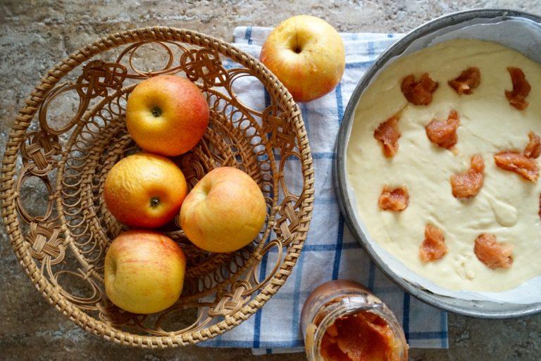 Versarlo in una teglia foderata di carta forno o unta e infarinata. Lavare le mele e, senza sbucciarle, tagliatele prima in quattro spicchi, poi a fettine.