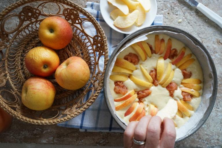 Distribuire tanti cucchiaini di marmellata  e inserire nell'impasto le fettine a raggiera o secondo il proprio gusto.