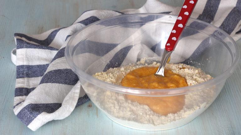 Versate la zucca frullata con acqua e Vallé nella ciotola con le farine, mescolate fino a ottenere un impasto omogeneo.