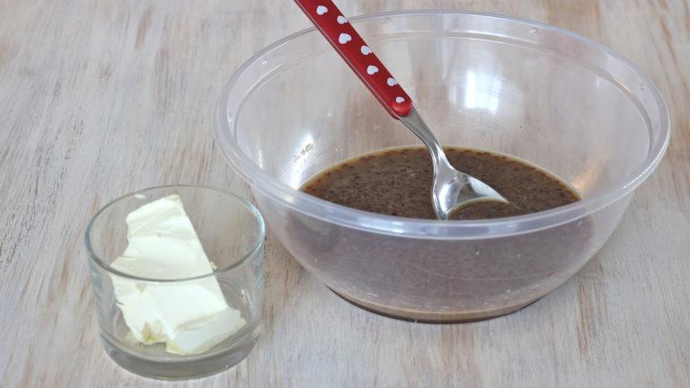 Mescolate in una ciotola capiente lo zucchero, i semi di lino con la loro acqua, il latte, il rhum (se usato), cannella a piacere e Vallé Soia ammorbidita.