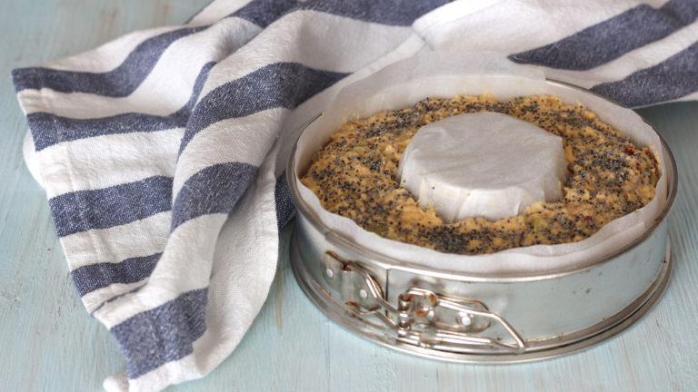 Versate l'impasto in uno stampo a ciambella di 16-18 cm di diametro, cospargete la superficie con i semi di papavero e cuocete in forno per 30 minuti.