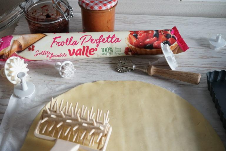 Stendere la pasta frolla in una teglia a piacere purché sia più piccola del rotolo (altrimenti ne servirà un altro).