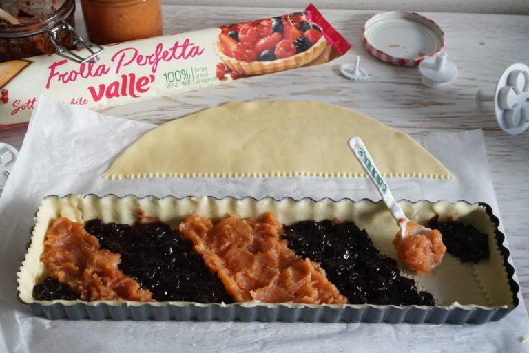 Spalmare le marmellate alternandole in maniera creativa.