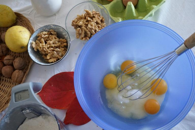 In una ciotola sbattere energicamente con una frusta le uova con lo zucchero, la scorza del limone e la cannella.
