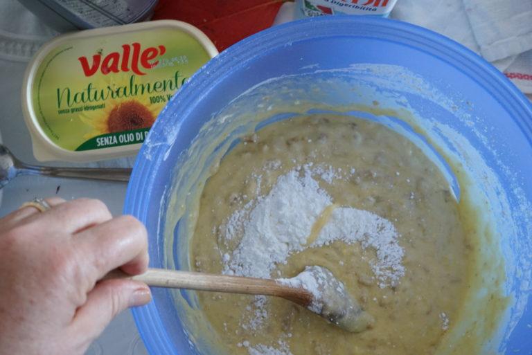 Setacciare la farina e il lievito e aggiungerlo all'impasto poco per volta, sempre mescolando. Versare in una teglia solo unta o foderata con la carta da forno.