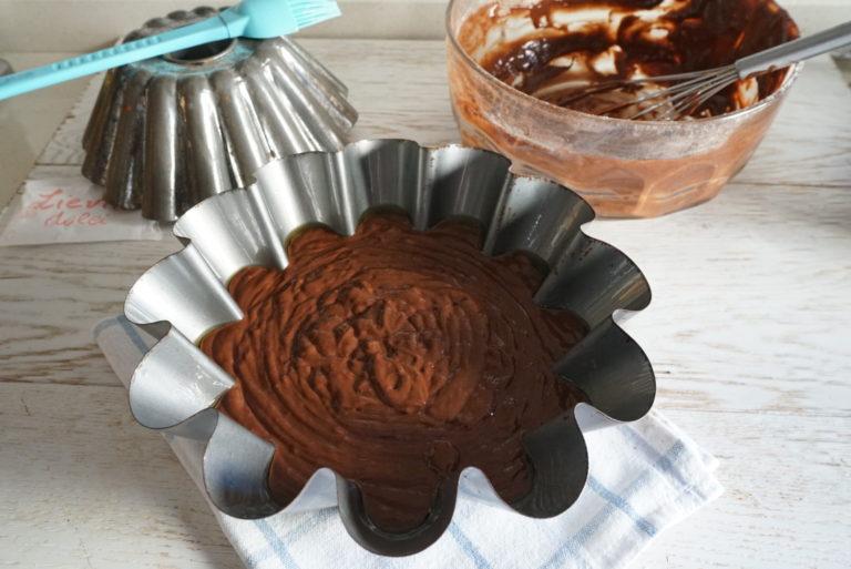 Versare l'impasto e cuocere in forno caldo a 180° per circa 30 minuti o fino a quando uno stuzzicadenti ne uscirà asciutto. Lasciar raffreddare.