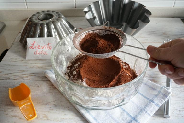 In una ciotola mescolare la farina, lo zucchero, il cacao setacciato e il lievito.