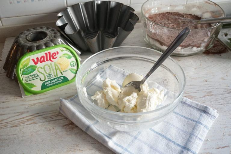 In un'altra ciotola versare il latte di riso tiepido e la Vallé Soia sciolta al microonde o resa morbida a temperatura ambiente.