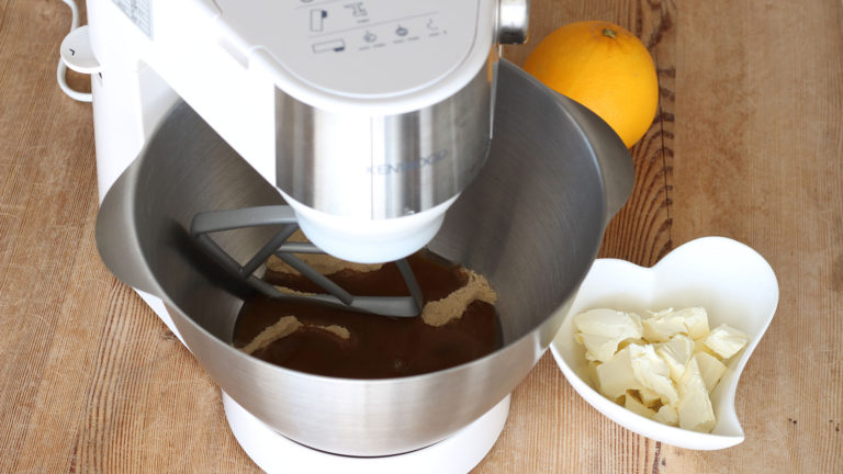 Mettete in una ciotola o nella planetaria acqua e zucchero, mescolate fino a far sciogliere completamente.