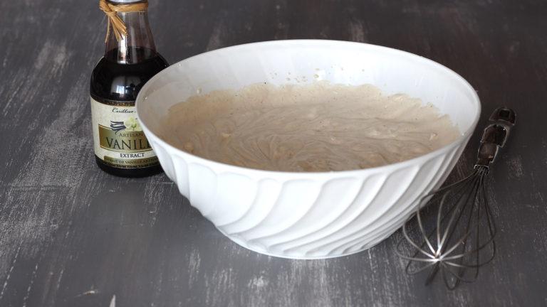 Accendete il forno a 220°C ed iniziate a preparare il biscuit. Montate la panna a neve ferma insieme allo zucchero, l'acqua, le spezie in polvere e l'estratto di vaniglia.