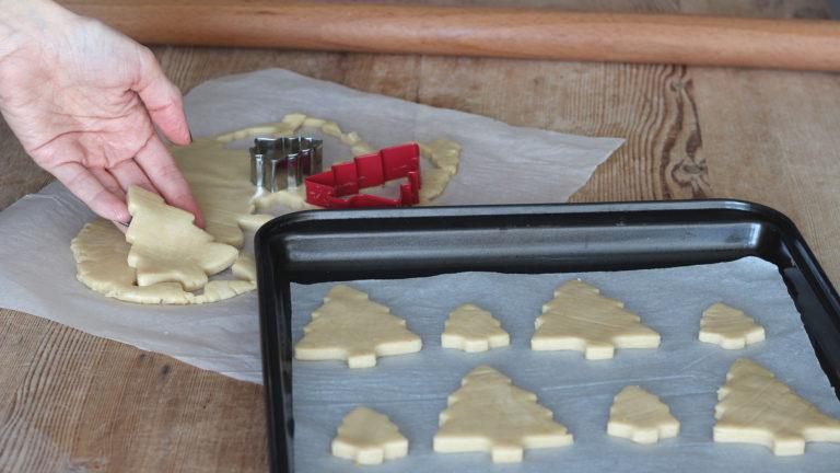 Una volta preparati i biscotti metteteli a riposare in frigorifero e trasferite invece la crostata in forno, coperta con un foglio di alluminio. Lasciatela cuocere per 20 minuti poi togliete l'alluminio e proseguite la cottura altri 10 minuti.