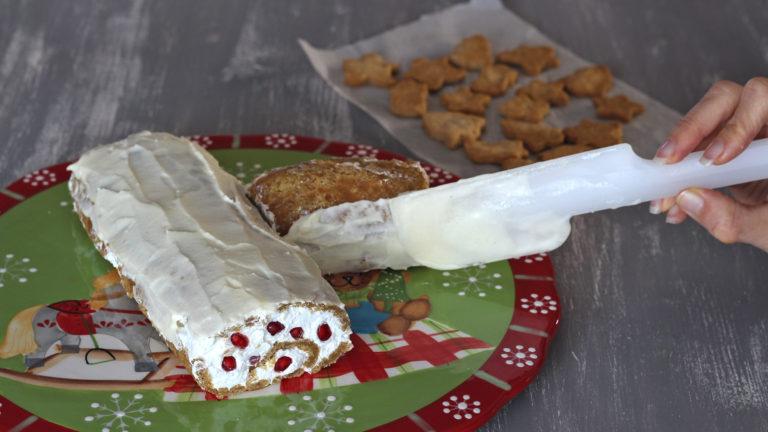 Una volta arrotolato il biscuit per ottenere un tronchetto, tagliatelo di sbieco a circa un terzo della lunghezza per ottenere il ramo laterale, che sistemerete a fianco di quello più lungo.