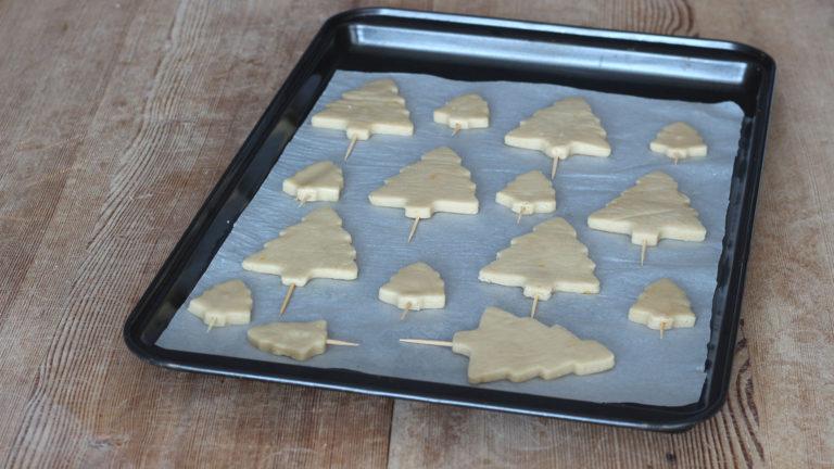 Tirate fuori dal frigo i biscotti ed infilate uno stuzzicadente alla base di ciascuno, con delicatezza, in modo che fuoriesca dal