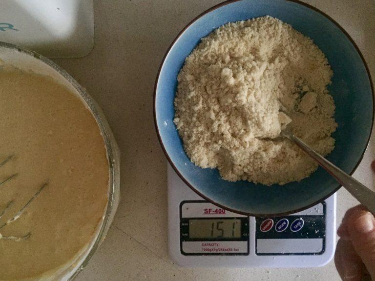 Ungere uno stampo antiaderente di circa 24 cm di diametro e versare l'impasto. Cuocere in forno caldo a 180° per circa 40 minuti. Fare la prova stecchino prima di sfornare. Far raffreddare.