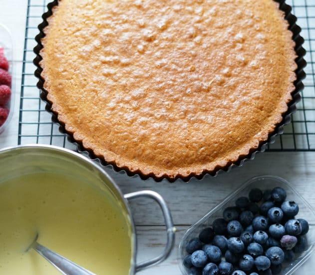 torta soffice con crema al limone e frutti rossi 6