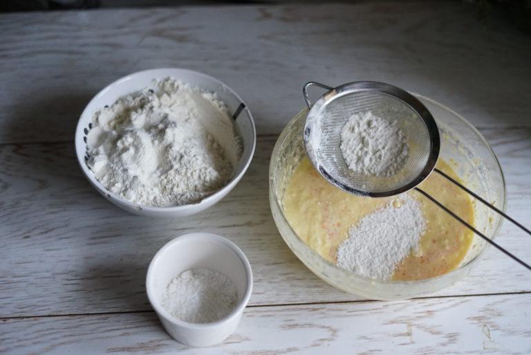 Setacciare  la farina e il lievito  e amalgamare il tutto.