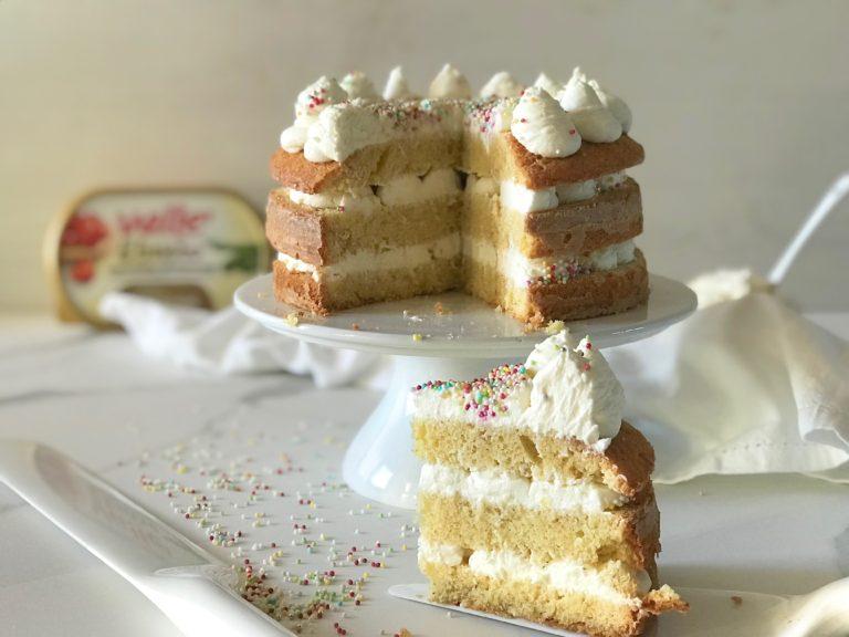 Assemblaggio della torta:<br /> Tagliate la torta in 3 strati, farcitela con la crema a ciuffetti e decorate con le palline colorate o le codette.<br />