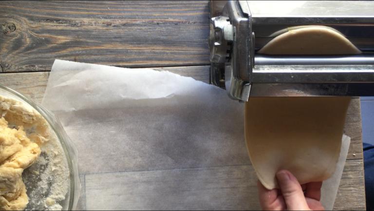Con un matterello o la macchinetta per la pasta lavorare un pò per volta l'impasto e ricavarne delle strisce sottili.