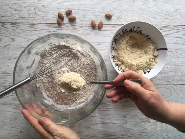 In una ciotola amalgamare la farina integrale alla farina di mandorle.