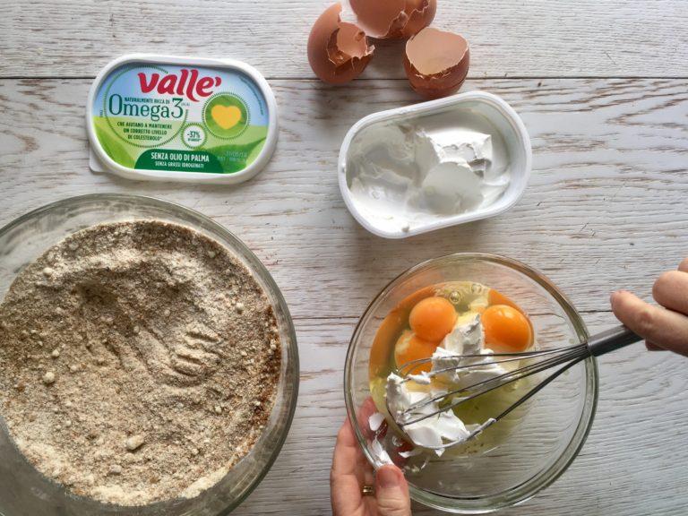 In un'altra ciotola lavorare Vallé Omega 3 con le uova.