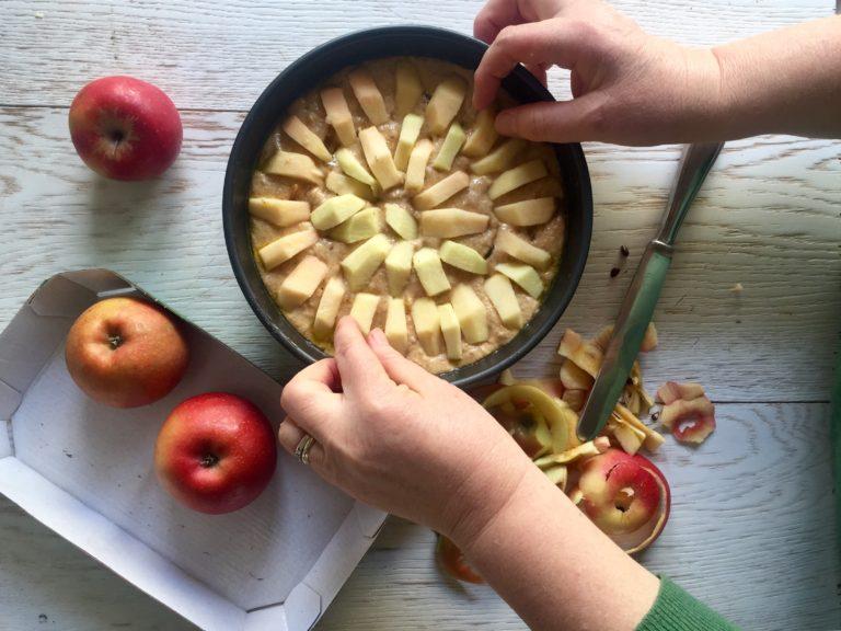 Lavare, sbucciare, tagliare a fette le mele e distribuirle a piacere in superficie.