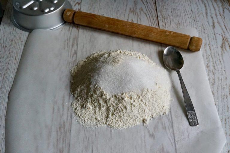 Su una spianatoia disporre la farina e lo zucchero.