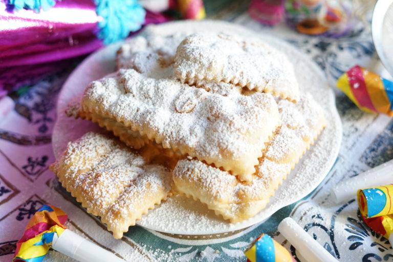 Scolare su carta assorbente e cospargerle di abbondante zucchero a velo.