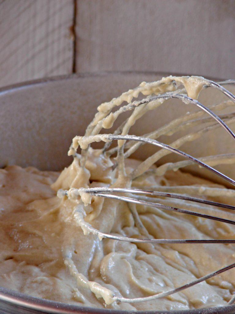 Accendere il forno a 160°, ungere con un velo<br /> di Valle' Omega3 una teglia da 22 cm di diametro, infarinarla ed eliminare la farina in eccesso; versare il composto preparato e disporre le ciliegie a cerchi concentrici nell'impasto. Spolverare con lo zucchero di canna rimasto e infornare per 30-35 minuti (fare la prova stecchino prima di sfornare).
