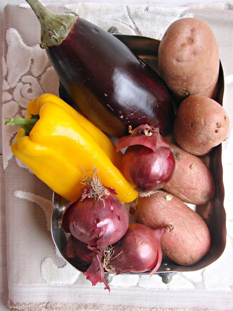 La buona riuscita di questo piatto consiste<br /> nel tagliare a sfoglia tutte le verdure nel migliore<br /> modo possibile!<br /> Lavate le verdure, affettarle molto sottili con<br /> l'aiuto di un affetta verdure e metterle da parte.<br /> Sciacquare le sarde, asciugarle e aprirle a libr