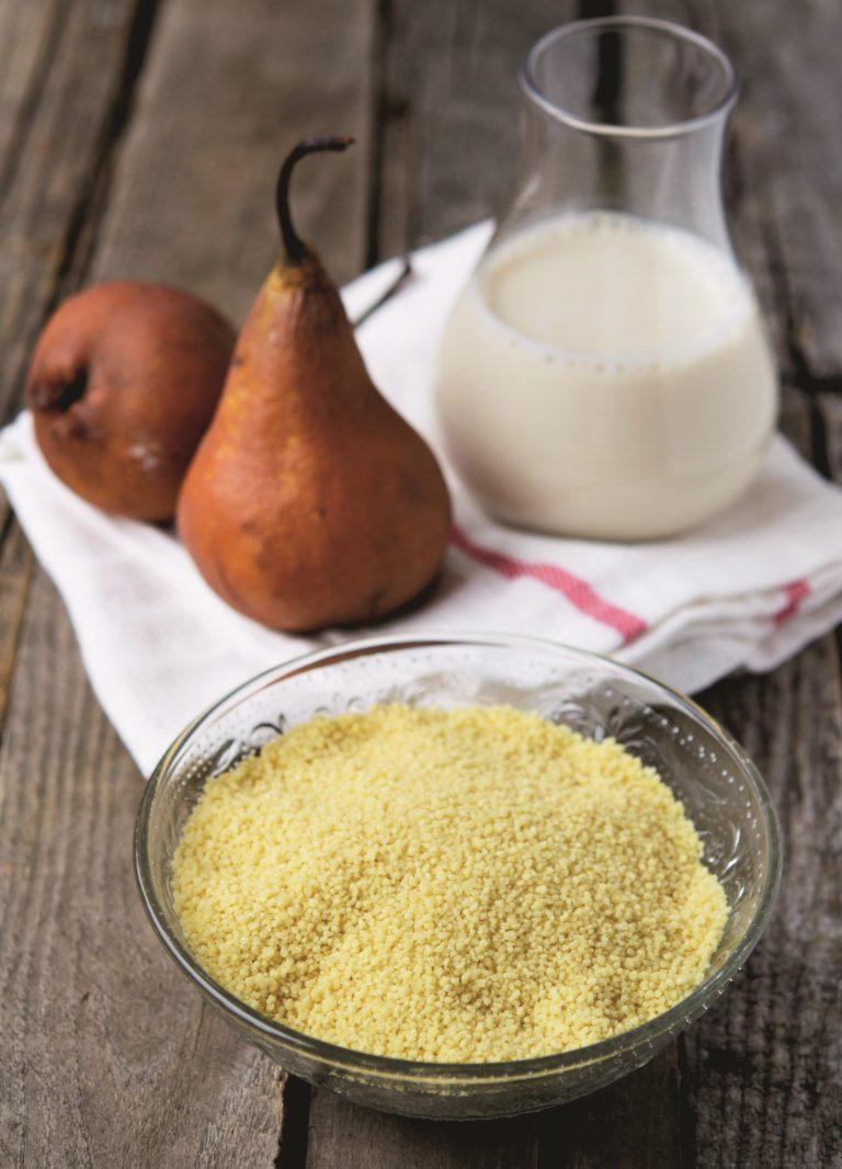 Ammollare l'uvetta in acqua tiepida. Incidere<br /> nel senso della lunghezza la stecca di vaniglia e<br /> con un coltellino raschiarne i semi interni. In un<br /> pentolino versare la bevanda di soia, i semi di vaniglia e il cucchiaio di olio di semi. Portare a bollore.