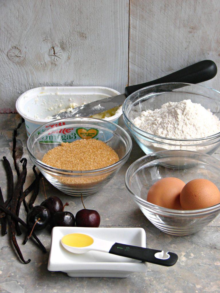 Sbattere a crema 70 g di zucchero con Valle' Omega3, unire le uova, una alla volta, la vaniglia,<br /> il sale, la farina setacciata con il lievito e il latte.