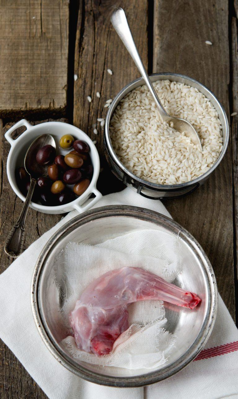 Lavare bene la carne e togliere eventuali filamenti di grasso. Metterla in una capiente pentola<br /> con la salvia, il rosmarino (tenere da parte qualche ago), mezza cipolla steccata con i chiodi di garofano, la carota, la foglia di porro, il sale, metà del vino e qualche grano di pepe nero. Coprire con abbondante acqua fredda e far bollire su fiamma bassa per circa un'ora.