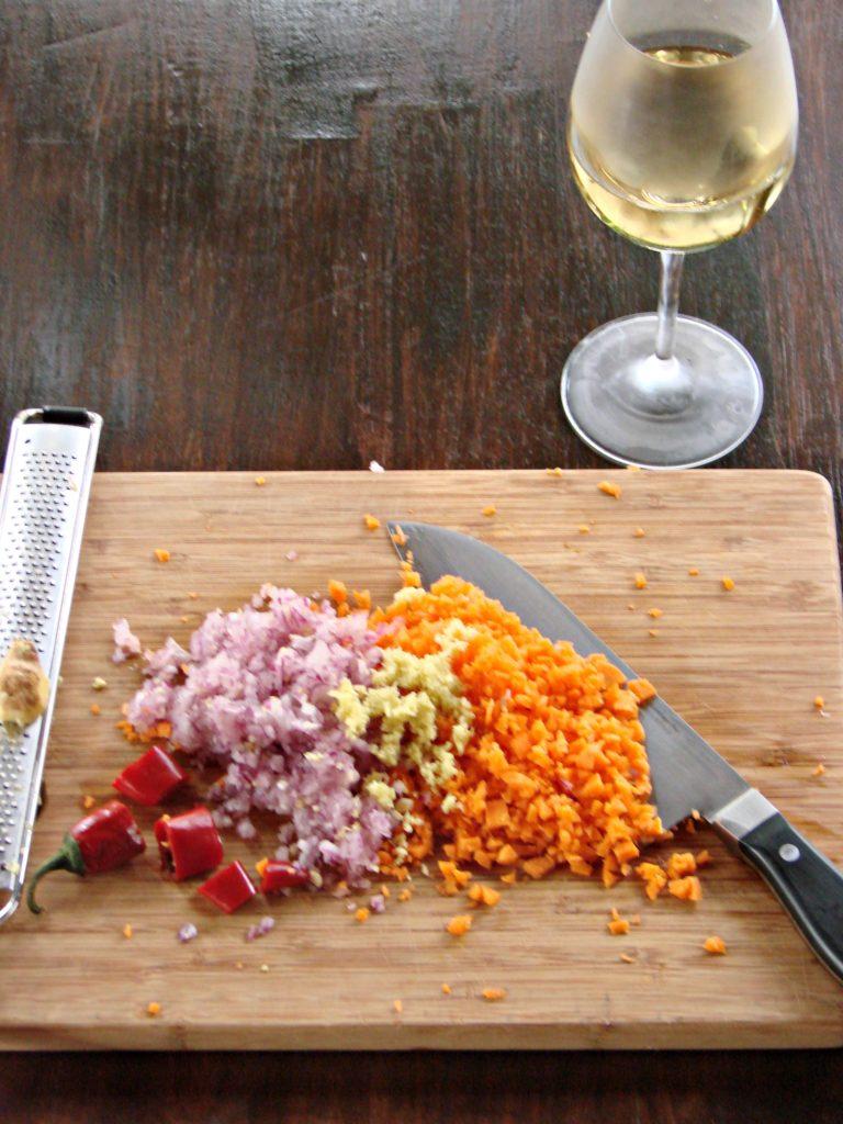 Unire le zucchine tagliate a cubetti e<br /> il radicchio a striscioline, mescolare per fare insaporire, aggiungere il tonno e sfumare con il vino, rosolare bene il tutto e conservare da parte.