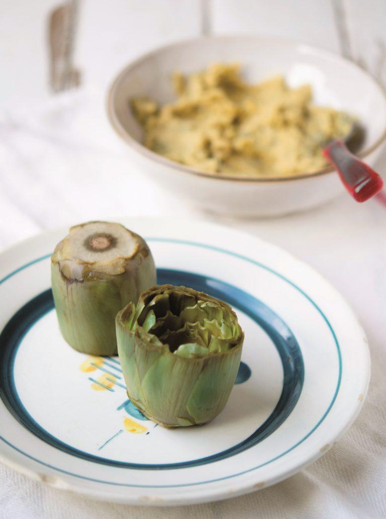 In una padella far scaldare un cucchiaio di olio con uno spicchio di aglio. Aggiungere in padella anche i ceci lessati e ben sgocciolati e i gambi dei carciofi; lasciar insaporire per pochi minuti mescolando spesso. Montare l'albume a neve ben ferma. Con un passaverdure ridurre in purea il composto di ceci e gambi di carciofi. Unire il<br /> latte, l'albume montato e il pepe. Infine aggiungere le foglioline di mentuccia finemente tritate. Preriscaldare il forno a 190°.