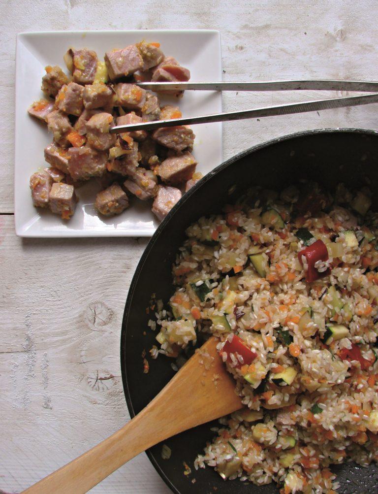 Unire il riso, farlo tostare, aromatizzare con il rosmarino, la maggiorana e l'alloro e portarlo a cottura, aggiungendo brodo bollente. Quasi a fine cottura aggiungere il tonno mescolando