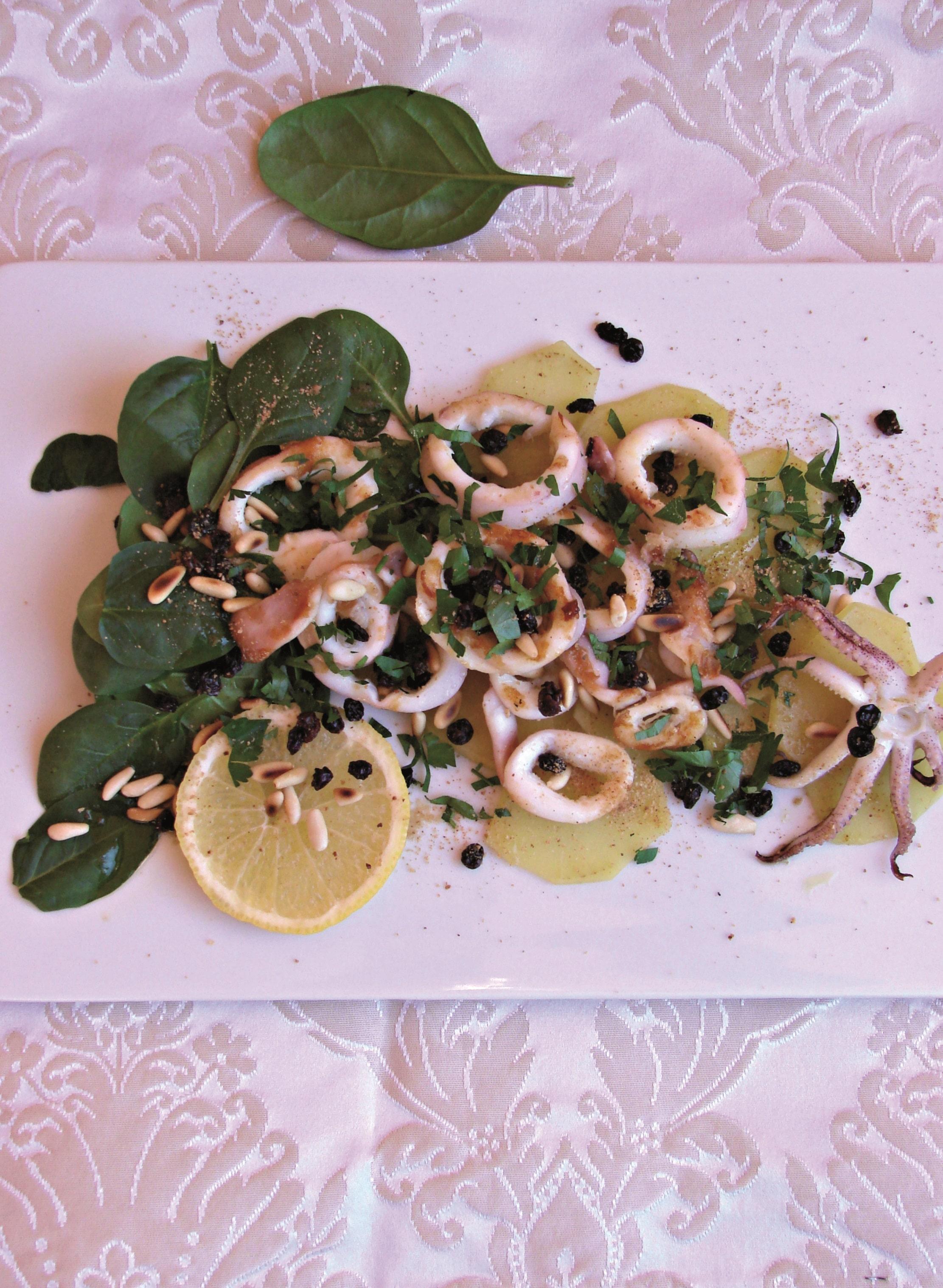 Calamari arrostiti con spinaci novelli, patate al vapore, uva passa e pinoli