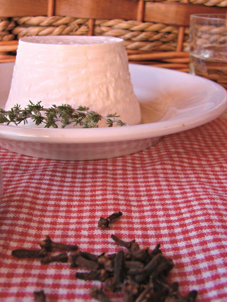 In un padellino anti aderente tostare il sesamo e pestarlo con i chiodi di garofano; poi mescolare il  pesto insieme con la farina, lo zenzero grattugiato e 2 pizzichi di sale. Lavorare la ricotta con il timo, il pepe e un pizzico di sale, se necessario.