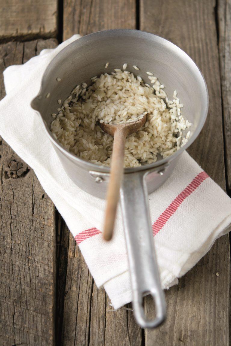 In una padella a parte far scaldare un cucchiaio di olio, lo spicchio di aglio non sbucciato e gli aghi di rosmarino tenuti da parte; farvi rosolare il coniglio disossato e le olive per alcuni minuti o finché il coniglio non sarà dorato.