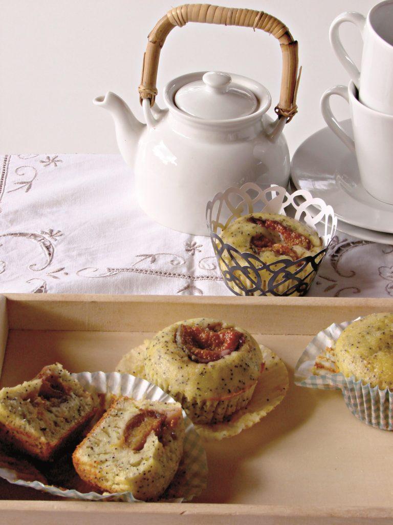 Versare il composto in 2 teglie per muffin all'interno delle quali saranno stati predisposti 16 pirottini, sistemare 1/4 di fico sull'impasto e infornare in forno caldo a 180° per 20 minuti. Fare la prova stecchino per verificare la cottura e sfornare.