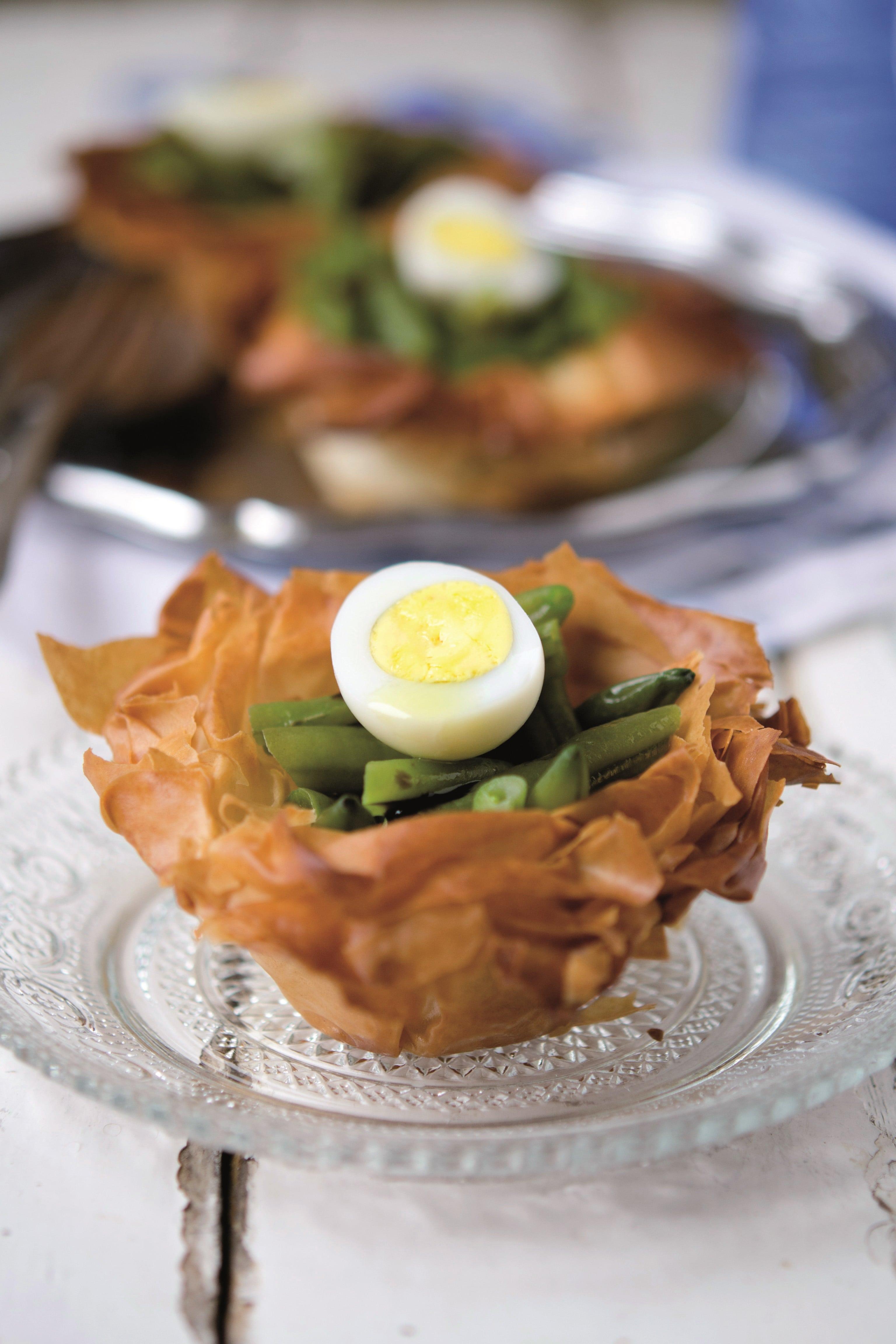 Insalata di fagiolini e uova di quaglia in nidi di pasta phyllo