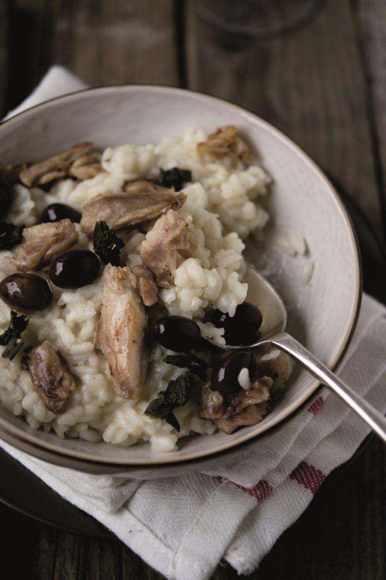 Unire la carne al riso e servire subito completando con la foglia del porro ridotta a piccoli pezzi.