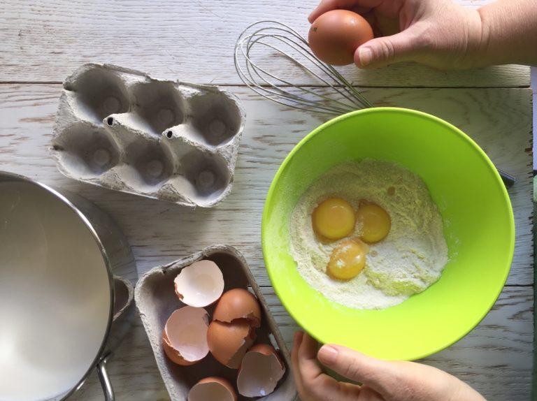 Preparare la crema pasticcera cominciando a mescolare in una ciotola farina, zucchero, tuorli e qualche cucchiaiata di latte.