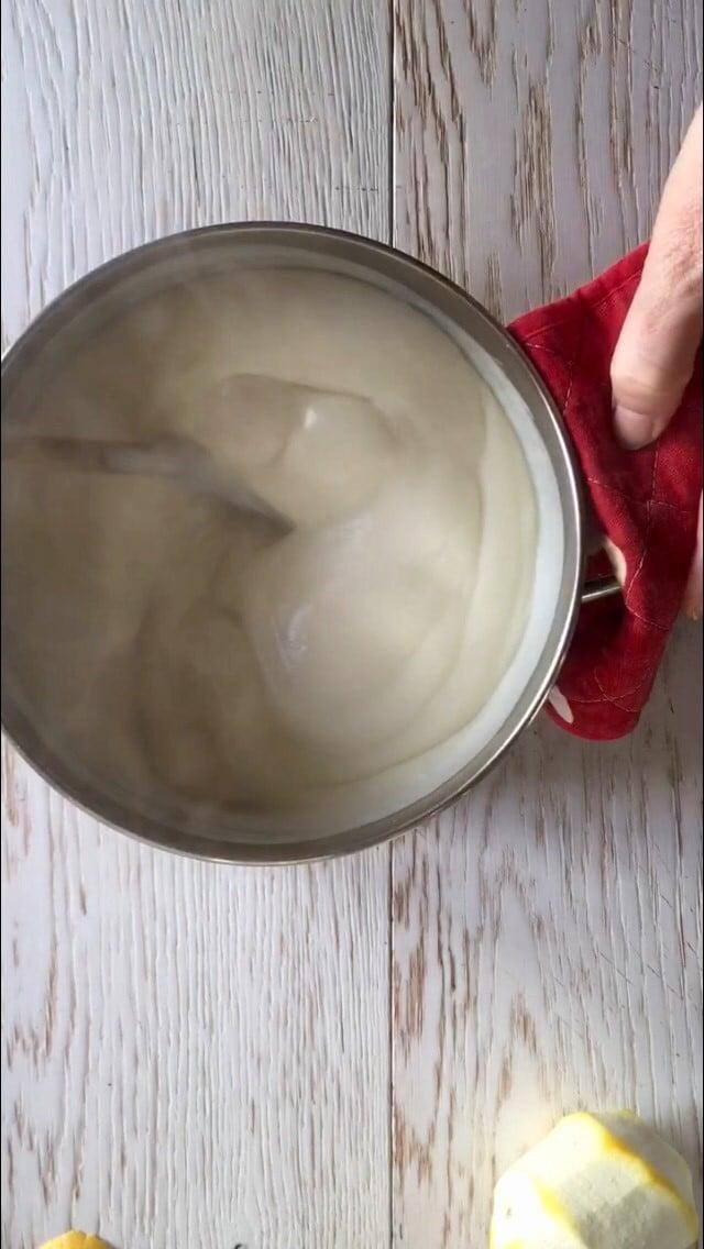 Quando il latte sarà caldo versarlo lentamente nella ciotola con la crema di tuorli, sempre mescolando per evitare che si formino grumi. Quindi versarlo nuovamente nella pentola e rimetterlo sul fornello, senza smettere di mescolare. Dopo cinque minuti si sarà addensata la crema che metterete a raffreddare co-perta da una pellicola alimentare.