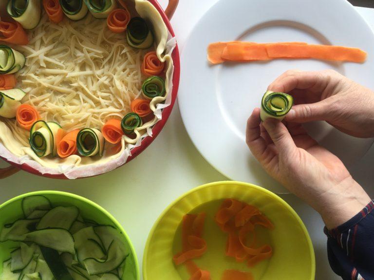 Arrotolare le verdure come per formare dei cilindretti o dei fiori chiusi e posarli sull'emmenthal.