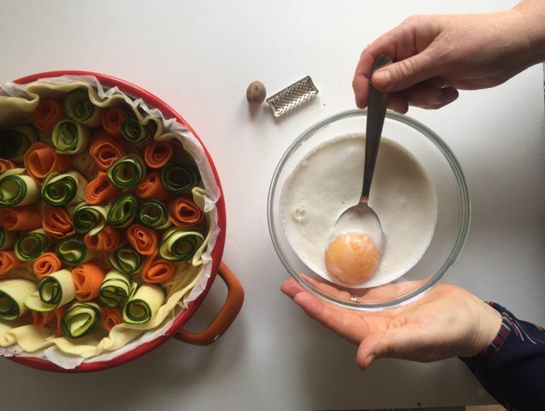 In una ciotola sbattere le uova con la panna e la noce moscata.