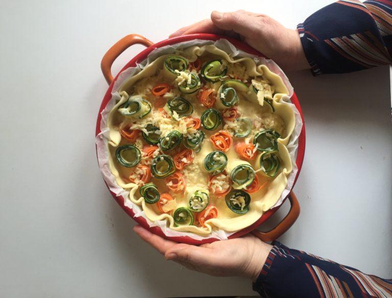 Versare il tutto nella teglia avendo cura di non coprire i rotoloni di verdure.