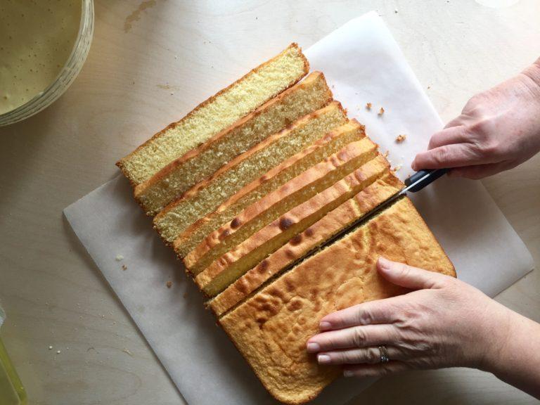 Tagliare la torta a fette.